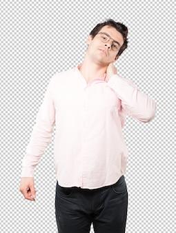 Fatigué de jeune homme posant