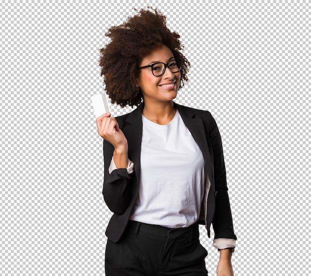 Femme d'affaires noire détenant une carte de crédit