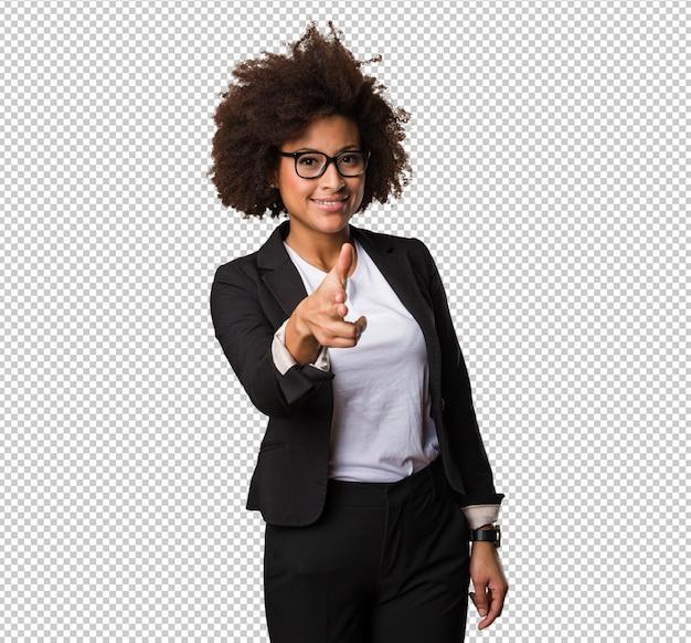 Femme d'affaires noire faisant le geste de l'arme à feu