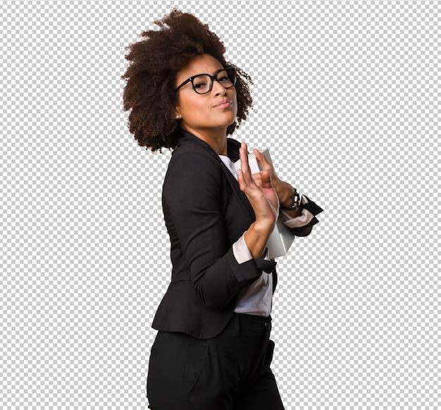 Femme d'affaires noire tenant une boîte blanche