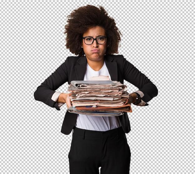 Femme d'affaires noire tenant des fichiers
