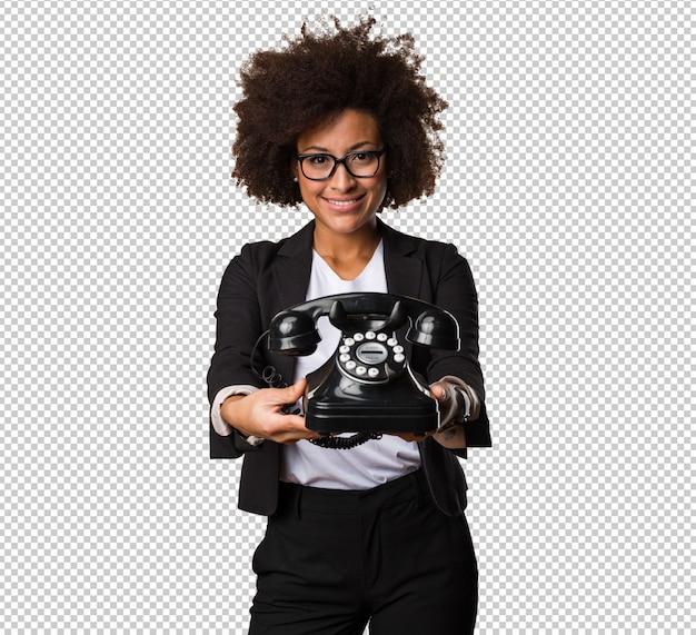 Femme d'affaires noire tenant un téléphone