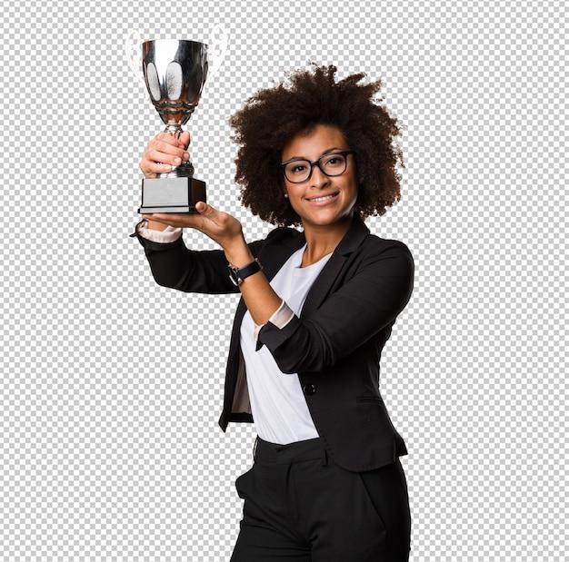 Femme d'affaires noire tenant un trophée
