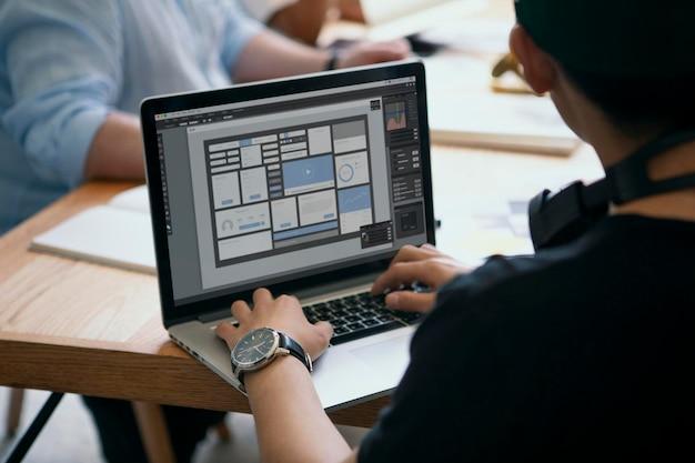 Femme d'affaires travaillant sur une maquette d'écran d'ordinateur portable