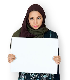 Femme arabe tenant un carton blanc