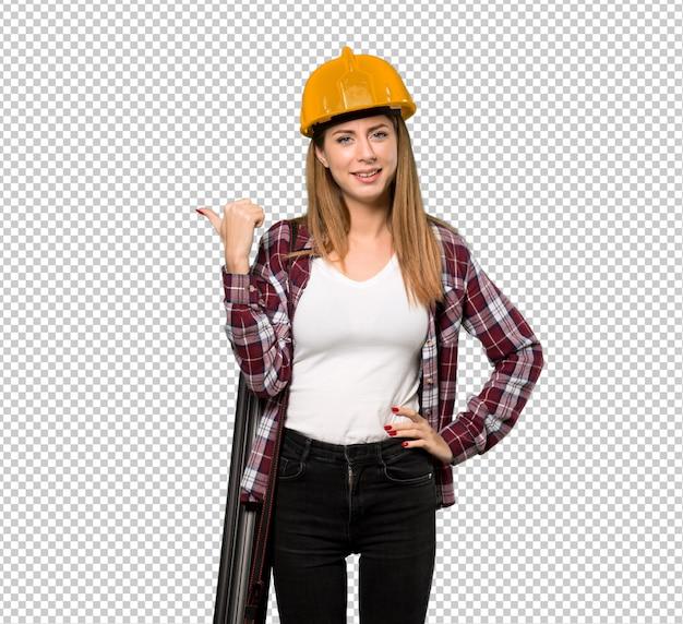 Femme architecte pointant sur le côté pour présenter un produit