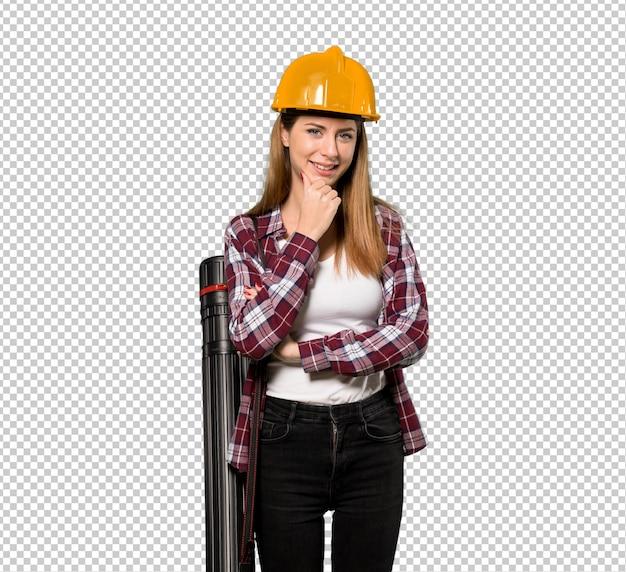 Femme architecte regardant sur le côté