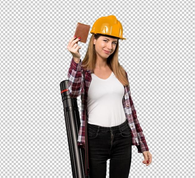 Femme architecte tenant un portefeuille