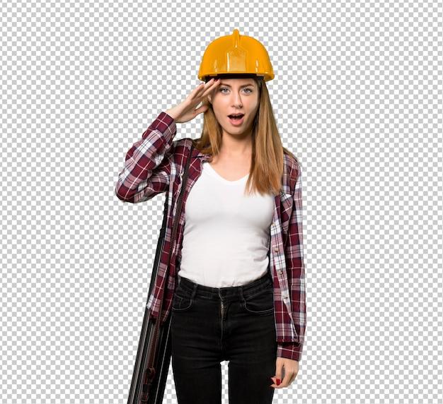 Femme architecte vient de réaliser quelque chose et a l'intention de la solution