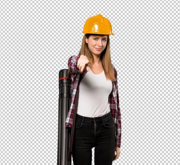 Une femme architecte vous montre du doigt avec une expression confiante