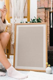 Femme assise près d'une maquette de cadre photo