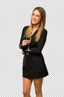Femme au champagne fêtant le nouvel an 2019 en gardant les bras croisés en position latérale