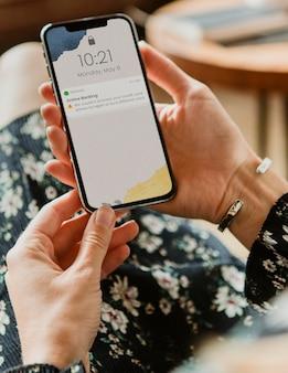 Femme ayant du mal à traiter sa carte de crédit via une maquette de téléphone portable