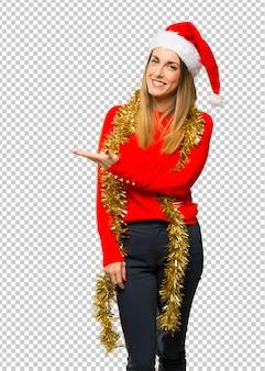 Femme blonde habillée pour les vacances de noël