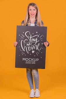 Femme blonde avec maquette de concept de signe
