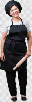 Femme de boulanger d'âge moyen pleine de corps joyeux et avec un grand sourire, confiant, amical et sincère, exprimant la positivité et le succès