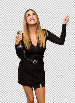 Femme avec champagne célébrant le nouvel an 2019 célébrant une victoire en position de gagnant