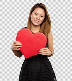 Femme chinoise tenant une forme de coeur
