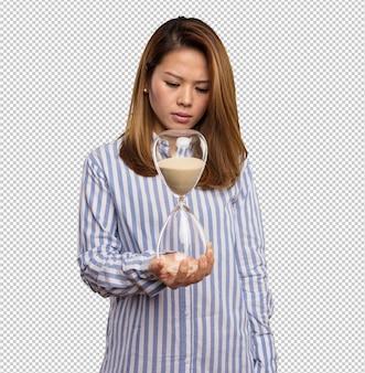 Femme chinoise tenant un sablier