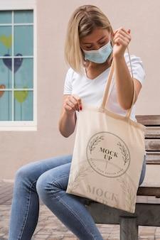 Femme avec concept de maquette de sac