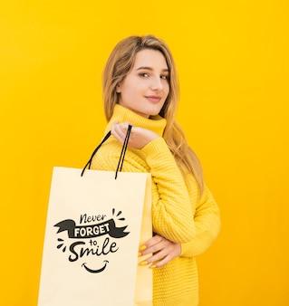 Femme confiante avec maquette concept jaune