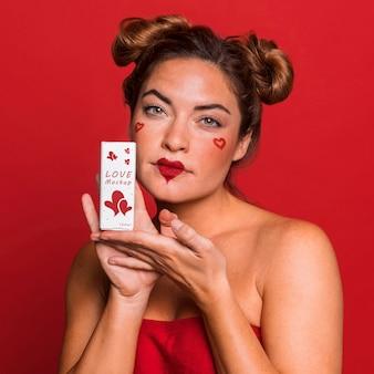 Femme coup moyen avec rouge à lèvres lu