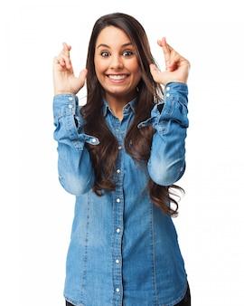 Femme avec les doigts croisés