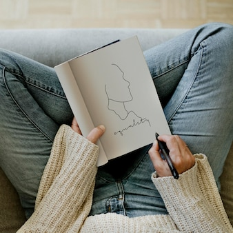 Femme écrivant l'égalité dans une conception de maquette de cahier