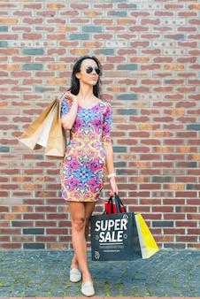 Femme élégante avec une maquette de sacs à provisions