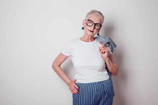 Femme élégante portant une maquette de chemise