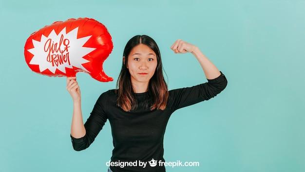 Femme forte avec maquette de ballon de discours