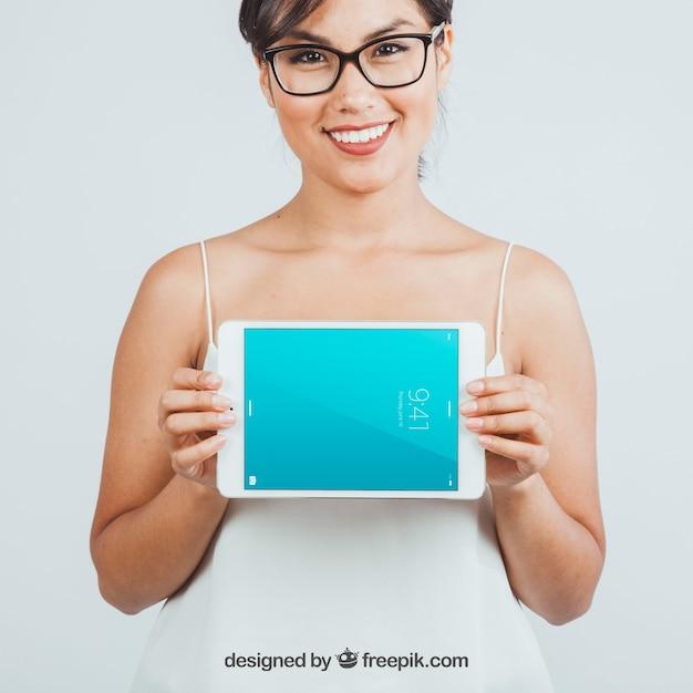 Femme heureuse avec maquette de tablette