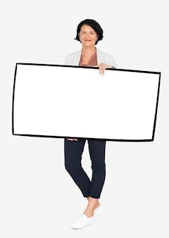 Femme joyeuse, montrant une bannière blanche vierge