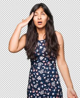 Femme latine ayant un mal de tête