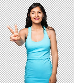 Femme latine faisant le geste de la victoire