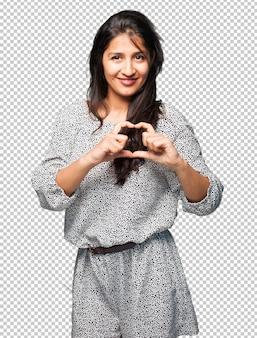Femme latine faisant le symbole du coeur