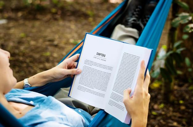 Femme, lecture livre, hamac
