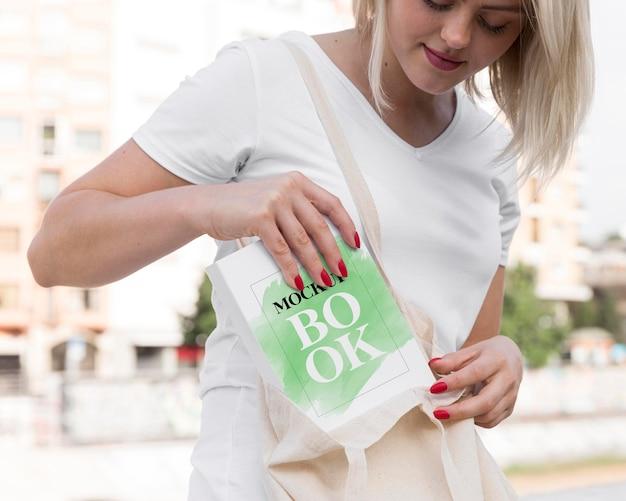 Femme lisant un livre sur la rue