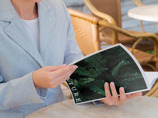 Femme lisant un magazine sur la nature