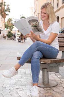 Femme sur livre de lecture de rue