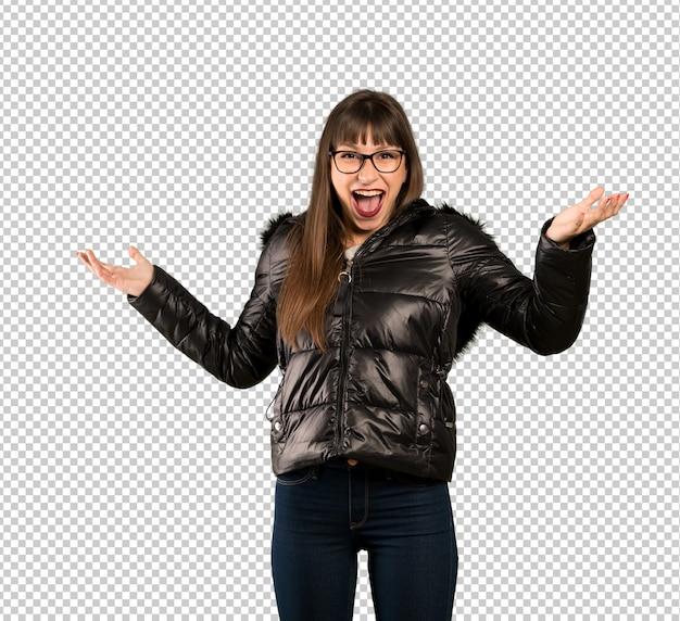 Femme à lunettes avec une expression faciale choquée