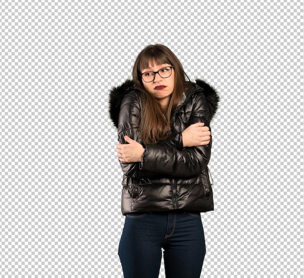 Femme à lunettes faisant des gestes de doutes en soulevant les épaules