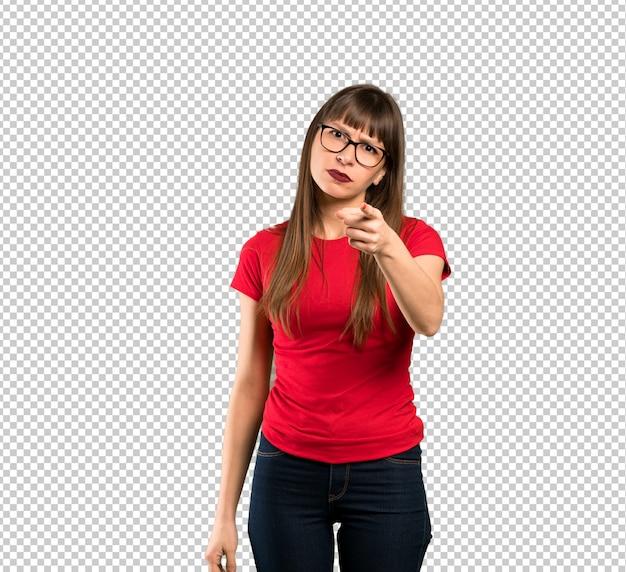 Femme à lunettes frustrée et pointant vers l'avant