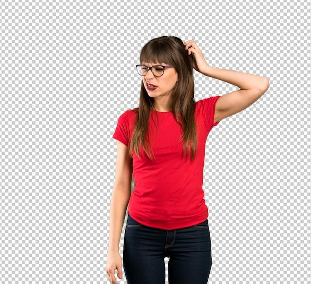 Femme à lunettes frustrée et prend les mains sur la tête
