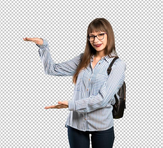 Femme à lunettes tenant un fond pour insérer une annonce