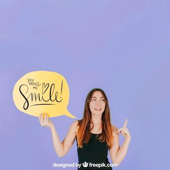 Femme avec maquette de bulle de discours