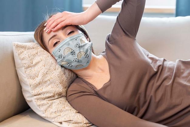 Femme avec maquette de concept de masque médical