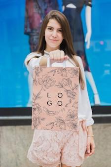 Femme avec une maquette de sac à provisions
