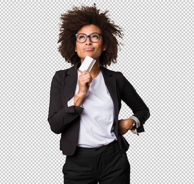 Femme noire d'affaires détenant une carte de crédit