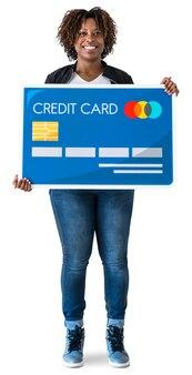 Femme noire tenant une carte de crédit isolée